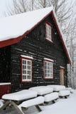 Huis in sneeuw Stock Afbeeldingen