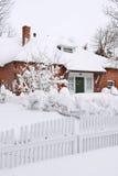 Huis in Sneeuw wordt behandeld die Stock Foto's