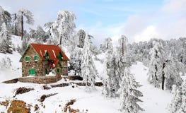 Huis in sneeuwbergen Royalty-vrije Stock Foto's