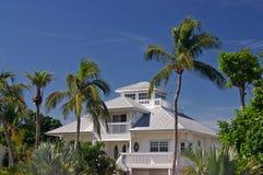 Huis in tropisch paradijs Stock Foto's