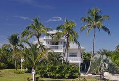 Huis in tropisch paradijs Stock Afbeelding