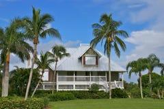 Huis in tropisch paradijs met verlichting HDR Stock Foto