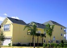 huis van de 2 verhaal het gele Amerikaanse droom met garage stock afbeelding