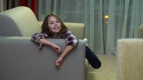Huis van de het meisjes liggende bank van de kindluiheid het vrije tijd bored stock footage