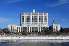 Huis van de Overheid van de Russische Federatie op Krasnopresnenskaya-Dijk in Moskou in de winter stock foto