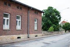 Huis van de straat het zij donkerrode baksteen in de oude stad Stock Afbeelding