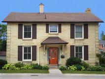 Huis van de twee verhaal het gele baksteen Stock Foto's