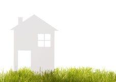 Huis van document op het gras wordt verwijderd dat Stock Afbeeldingen