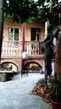 Huis van een kunstenaar, binnenplaats met beeldhouwwerken, Oud Tbilisi, Georgië stock foto