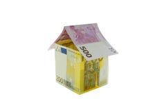 Huis van euro die rekeningen wordt op witte achtergrond worden geïsoleerd gemaakt die Royalty-vrije Stock Afbeeldingen