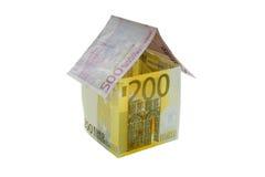 Huis van euro die rekeningen wordt op witte achtergrond worden geïsoleerd gemaakt die Stock Foto