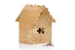 Huis van gouden kleurenraadsels met sleutels Royalty-vrije Stock Afbeeldingen