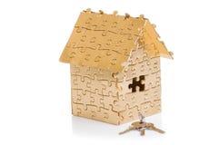 Huis van gouden kleurenraadsels met sleutels Royalty-vrije Stock Foto's
