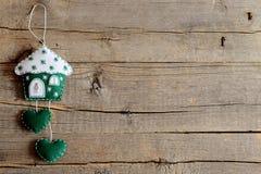 Huis van groen en wit gevoeld en verfraaid met sneeuwvlokken en een kleine metaalsleutel die wordt gemaakt Huis met hartendecor Royalty-vrije Stock Foto's