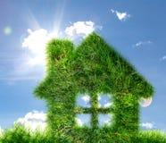 Huis van groen gras op blauwe hemel wordt gemaakt die Stock Afbeeldingen