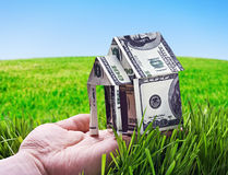 Huis van in hand die geld wordt gemaakt Royalty-vrije Stock Foto's
