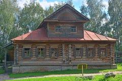 huis van handelaars Agapov van 19de eeuw met gesneden platbands in museum van houten architectuur in Suzdal, Rusland Royalty-vrije Stock Afbeelding