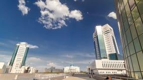 Huis van het Parlement van de Republiek van Kazachstan en moderne oranje toren timelapse hyperlapse, Astana stock videobeelden