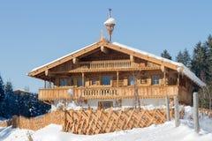 Huis van het Traditinal het houten landbouwbedrijf in Tirol Oostenrijk Royalty-vrije Stock Foto's