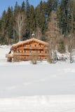 Huis van het Traditinal het houten landbouwbedrijf in Tirol Oostenrijk Stock Fotografie