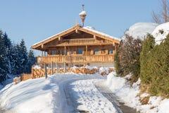 Huis van het Traditinal het houten landbouwbedrijf in Tirol Oostenrijk Stock Foto's