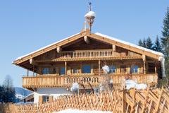 Huis van het Traditinal het houten landbouwbedrijf in Tirol Oostenrijk Royalty-vrije Stock Foto