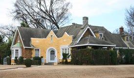 Huis van het Victoriaanse Stijl het Gele Plattelandshuisje Stock Afbeeldingen