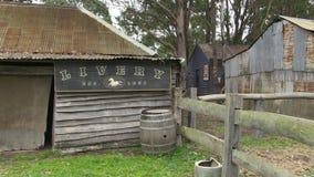 Huis van hout wordt met bomen wordt geschoten gemaakt die stock footage