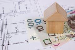Huis van houten blokken en poetsmiddelmunt op bouwtekening, de bouw huisconcept Royalty-vrije Stock Afbeelding