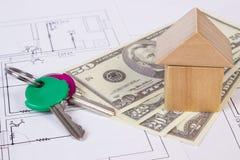Huis van houten blokken, sleutels en muntendollar op bouwtekening, de bouw huisconcept Stock Fotografie