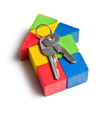 Huis van houten stuk speelgoed blokken met sleutels wordt gemaakt die Royalty-vrije Stock Foto's