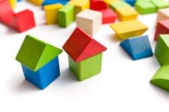 Huis van houten stuk speelgoed blokken wordt gemaakt dat Stock Afbeeldingen