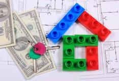 Huis van kleurrijke bouwstenen, sleutels en bankbiljetten op tekening Royalty-vrije Stock Foto's