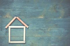 Huis van krijt op blauwe houten achtergrond wordt gemaakt die Zoet huis concep royalty-vrije stock fotografie