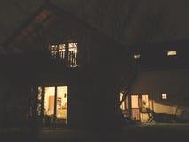 Huis van lichten in avond stock fotografie