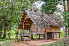 Huis van natuurlijke materialen in het platteland wordt gemaakt dat Royalty-vrije Stock Foto's