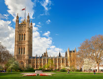 Huis van Parlament in Londen op de heldere lente DA Stock Afbeeldingen