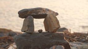 Huis van stenen op het strand stock footage