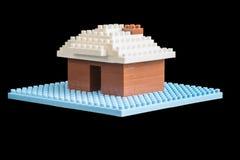 Huis van stuk speelgoed bouwstenen wordt geconstrueerd die Royalty-vrije Stock Afbeeldingen