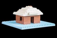 Huis van stuk speelgoed bouwstenen wordt geconstrueerd die Royalty-vrije Stock Fotografie