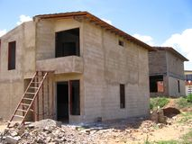 Huis van twee niveaus in proces van bouw Royalty-vrije Stock Afbeelding