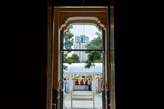 Huis van verering voor Boeddhisme te bidden stock foto