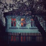 huis, venster, lichten, blauwe boom, stock foto