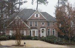 Huis in Verse Sneeuw die voor Kerstmis wordt verfraaid Stock Foto's