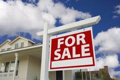Huis voor het Teken van de Verkoop & Nieuw Huis Royalty-vrije Stock Afbeeldingen
