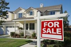Huis voor het Teken van de Verkoop & Nieuw Huis Royalty-vrije Stock Foto's