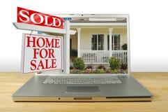 Huis voor het Teken van de Verkoop op Laptop Stock Fotografie