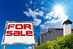 Huis voor verkoop - Groot Chrome-Aanplakbord Royalty-vrije Stock Foto's