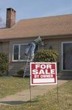 Huis voor Verkoop met het Werken Homeownwer Royalty-vrije Stock Foto's