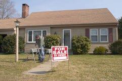 Huis voor verkoop met mens het werken Stock Fotografie